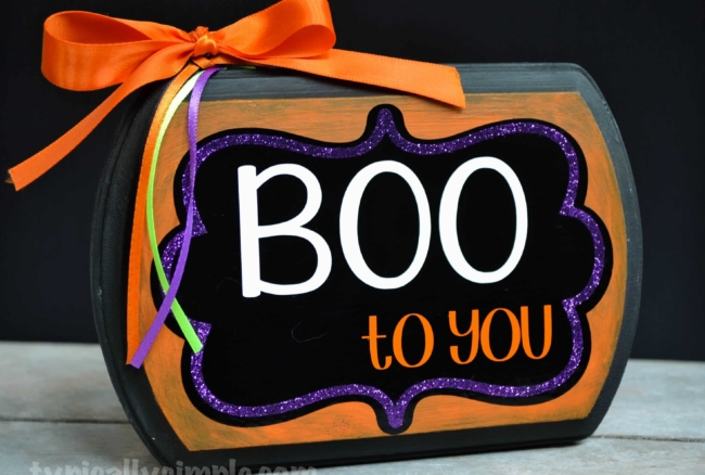 Use your Silhouette Cameo to create this wood sign - perfect for decorating for Halloween!