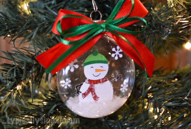 Using vinyl and your Silhouette Cameo, create this snow globe ornament for Christmas!